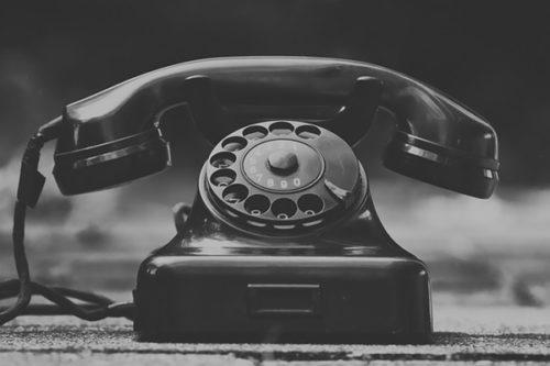 仕事を辞めるのに電話をする勇気がないままでは危険ですよ