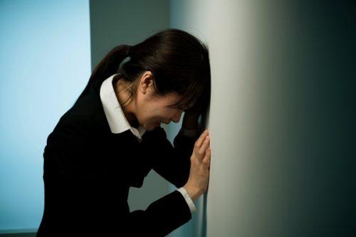 仕事が辛くて涙が出る…我慢し続けしまう人の心理